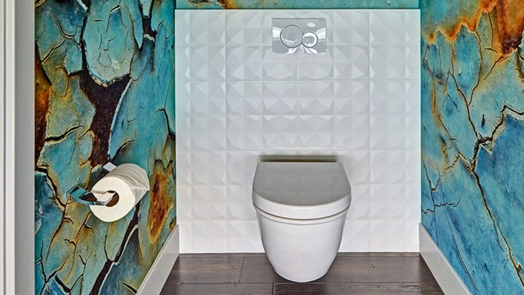 Wall-hung toilet with Geberit Sigma20 flush plate